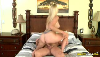 Sassy blond Easah Evans with impressive tits gargling on a fat python and she needs more